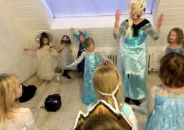 This Elsa impersonator was the inspiration behind Sunday Woman's perfect Frozen party